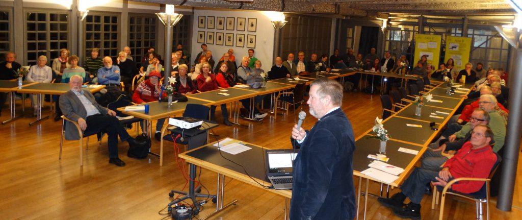 Dr. Krupp erläutert den ZuhörerInnen am 1.11.16 die Folgen der geplanten Verfüllung