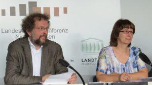 Andreas Riekeberg und Heike Wiegel warnen auf der Landespressekonferenz in Hannover, dass die Rückholung verschleppt wird.