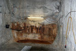 Laugensumpf vor Kammer 9 auf der 750 m-Sohle: hier will das BfS verfüllen. Radioaktive Laugen treten aus, vermutlich stammen sie aus der Atommüllkammer 10/750 und laufen durch die Kammer 9. Rostpartikel deuten auf eine Korrosion der Atommüll-Fässer. Nach der Verfüllung wäre unklar, wo die Laugen bleiben; sie könnten sich in der Einlagerungskammer aufstauen und den Atommüll vernässen oder ihn gar auflösen.